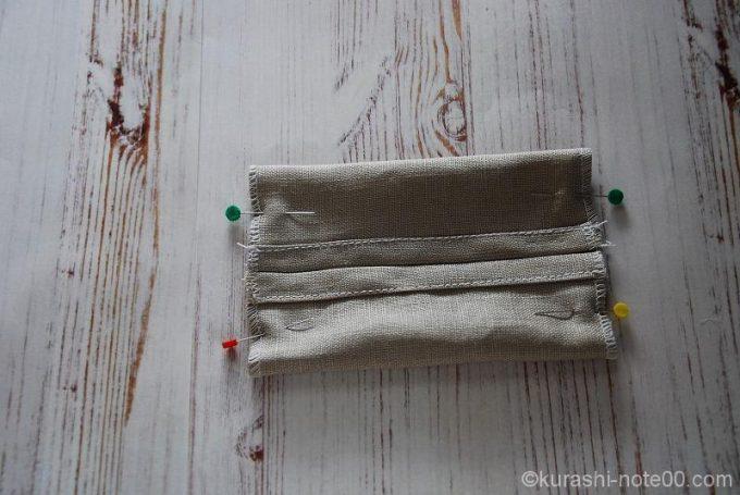 折り曲げた布をまち針で固定