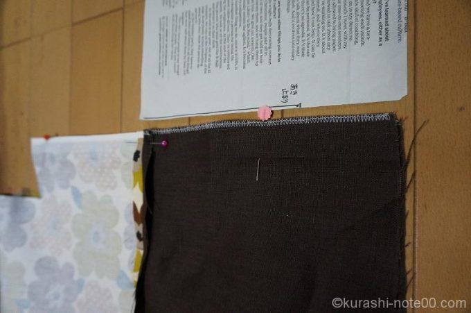 縫い合わせた巾着部分の横に型紙を置いてみたところ