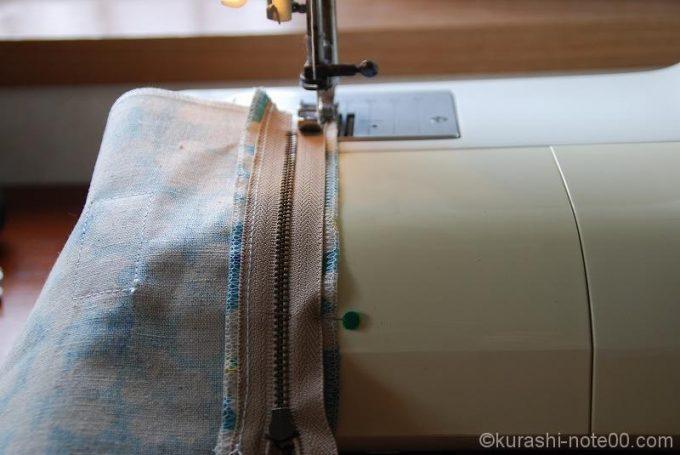 反対側もミシンで縫い合わせる