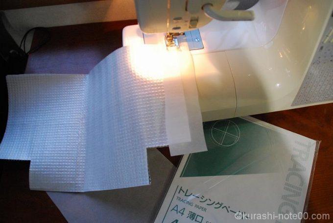 保冷シートをトレーシングペーパーを噛ませてミシンで縫う