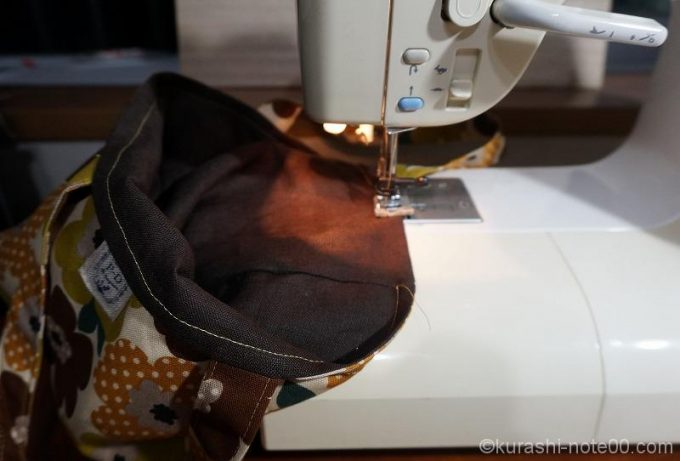 本体と保冷シートをミシンで縫い合わせるところ