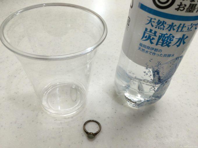 炭酸水とプラカップ
