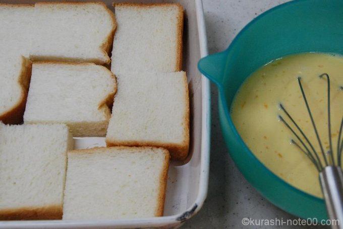 食パンをカットしてトレイに入れる