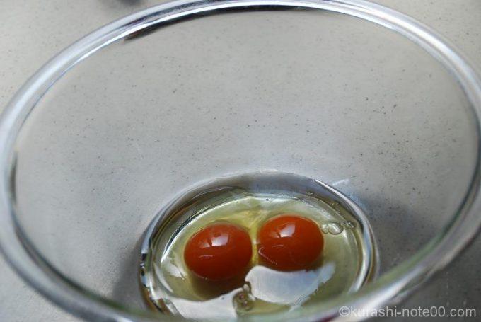 ボウルに卵を割る