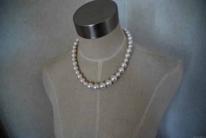 コットンパールのネックレスをトルソーに装着