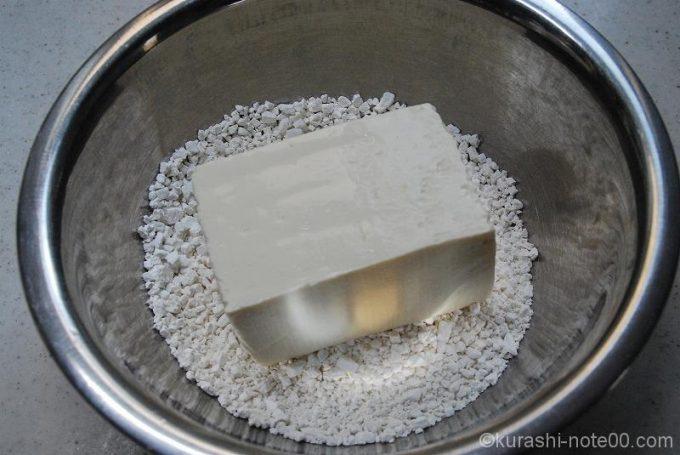 ボウルに白玉粉と豆腐を入れる
