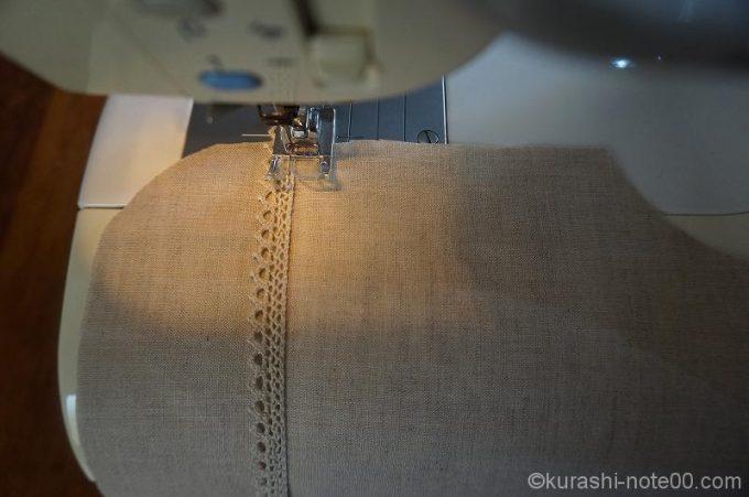 レースをミシンで縫いつける