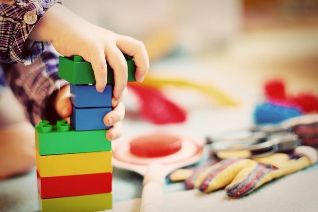 小さな子どもが遊ぶ玩具