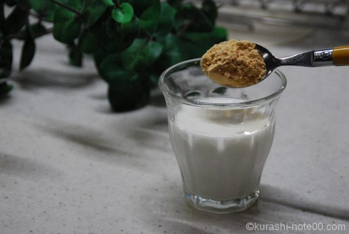牛乳にきな粉を投入