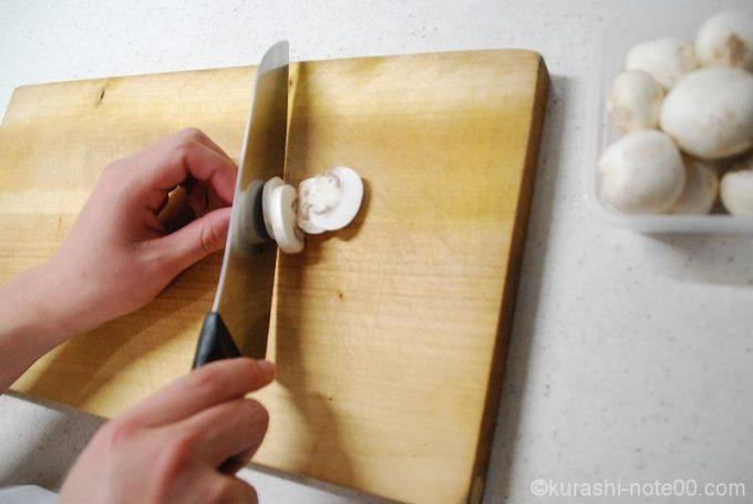 マッシュルームを切る