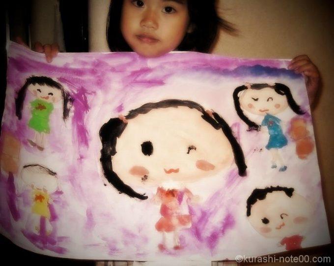 子どもが描いた作品を持たせて撮影