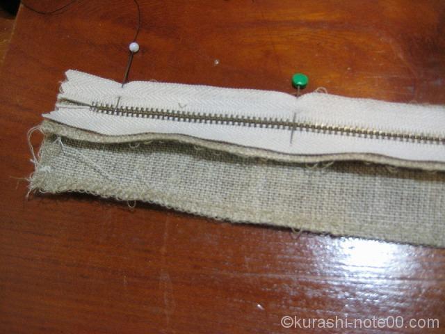 ファスナーと側面の布をまち針で止める
