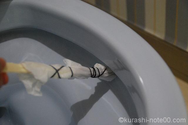 割りばしを使ってトイレ掃除