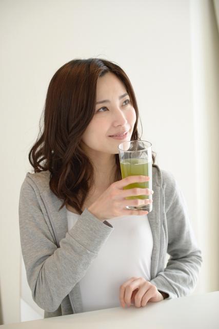 健康飲料を飲む