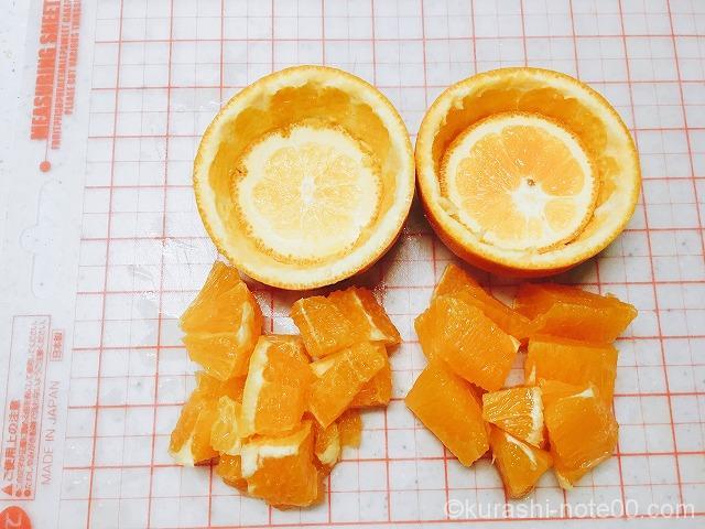 カップの中にカットしたオレンジを盛りつける
