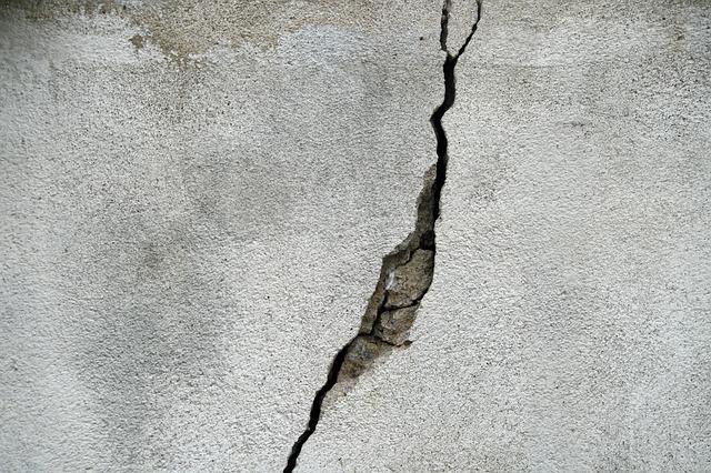 亀裂の入った壁