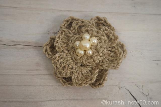 編み花びらのブローチ