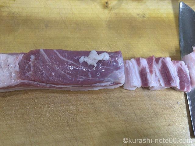 豚肉を切る