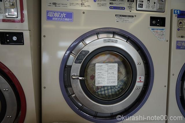 パンパンに入れてふたをしたコインランドリーの洗濯機