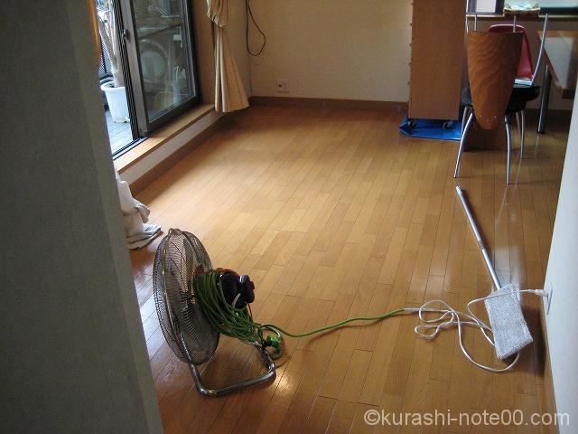 サーキュレーターで床を乾かす