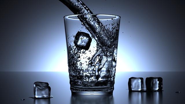 グラスに注がれる水