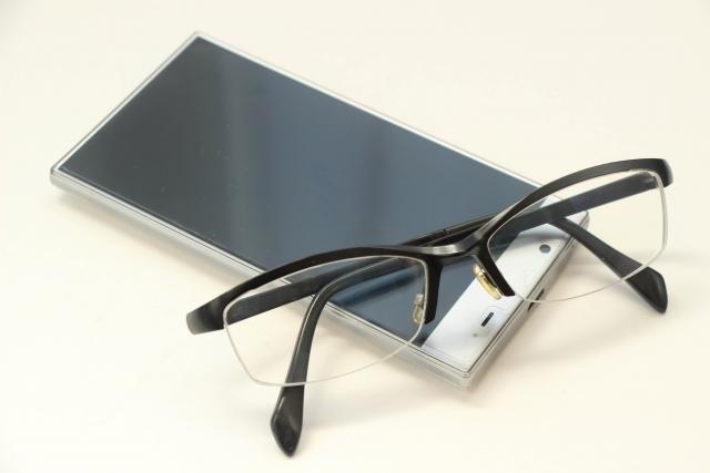 携帯電話とメガネ