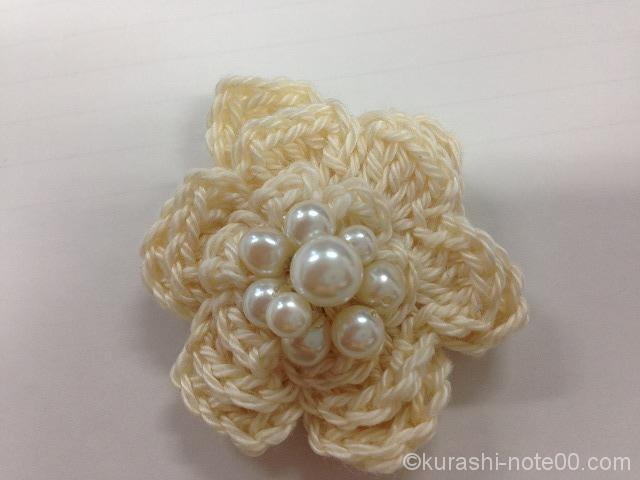 白糸で編んだモチーフのブローチ