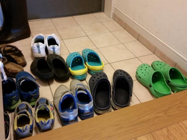 玄関に置かれたたくさんの靴