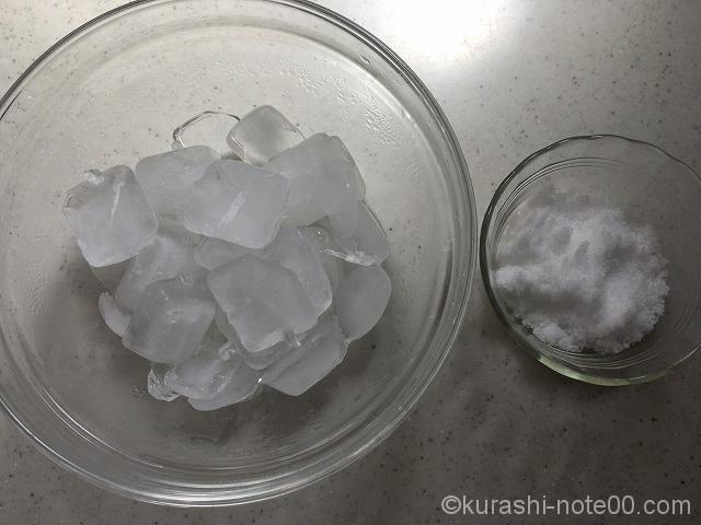 ボウルに入れた氷と塩