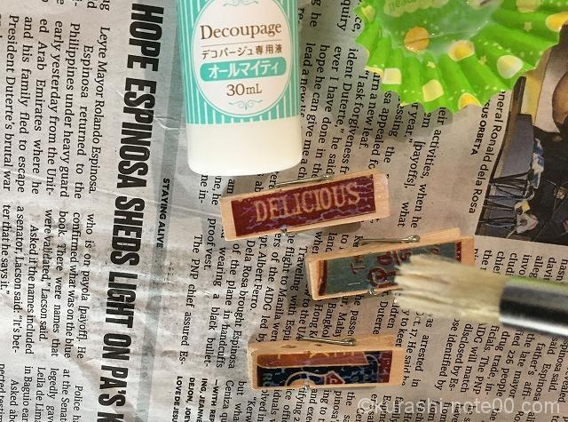 デコパージュ専用液を塗る