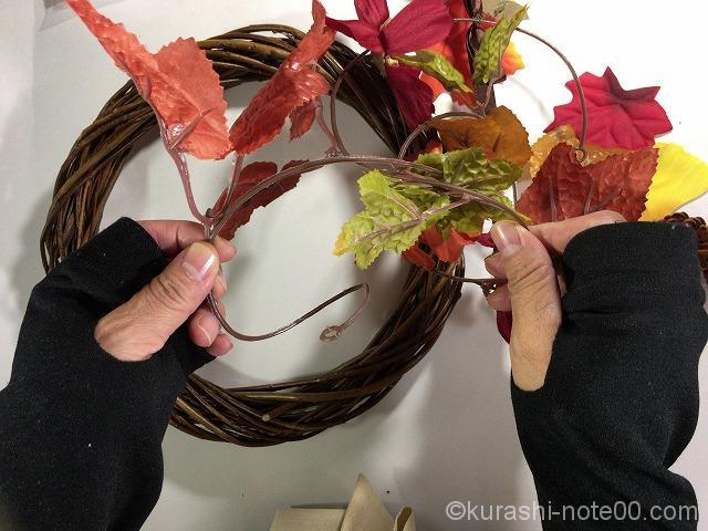 リースに落ち葉を巻きつける