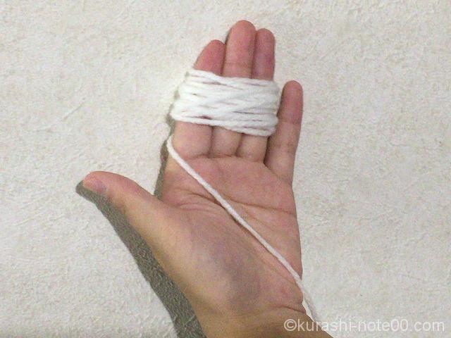 指3本に毛糸を巻き付ける