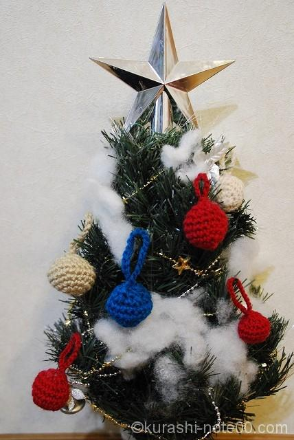 クリスマスツリーにディスプレイされたニットボール