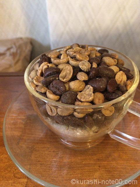 白いコーヒー豆と黒いコーヒー豆