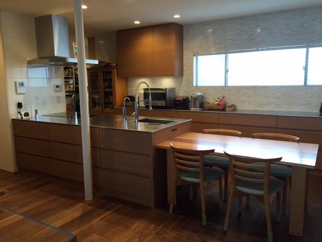 シンクとテーブルがつながりのあるキッチン
