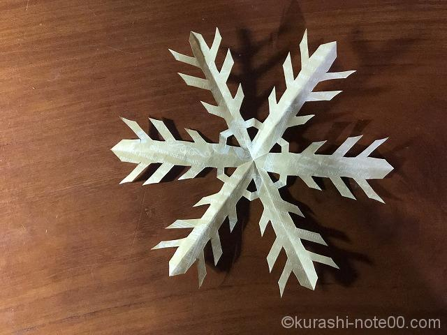 真ん中に模様がついた雪の結晶のオブジェ