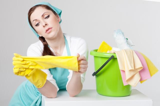 ゴム手袋をはめる女性