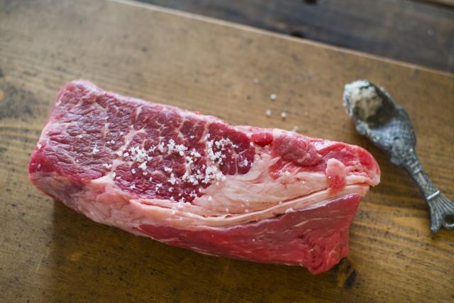 ステーキ肉に塩を振る