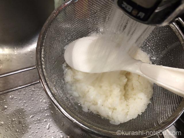 ご飯を洗う