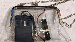 流行りのクリアバッグ。中身を隠すポーチ使いがおしゃれ。
