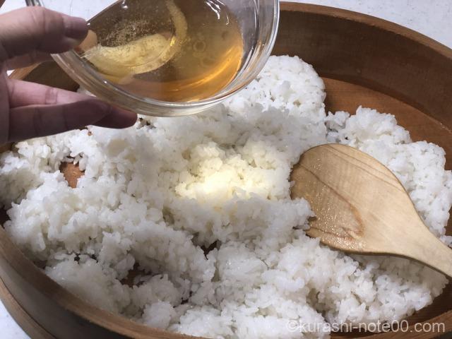 寿司酢を加える