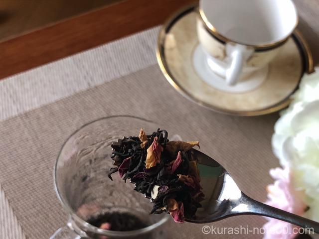 茶葉をスプーンにのせる
