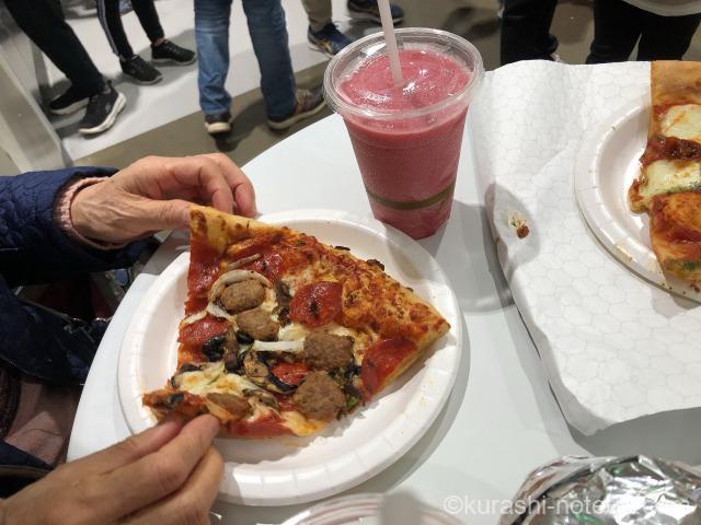 フードコートで食べるピザ