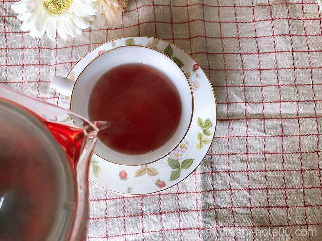お茶を注いでいるところ