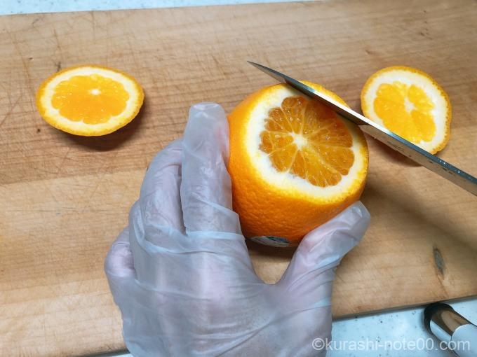 オレンジをカット