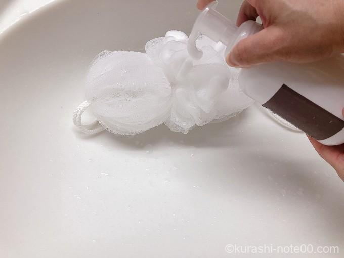 泡石鹸をかける