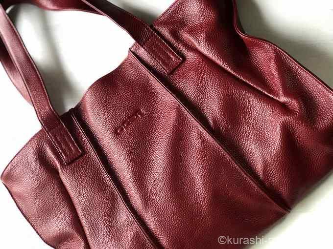赤の通勤バッグ