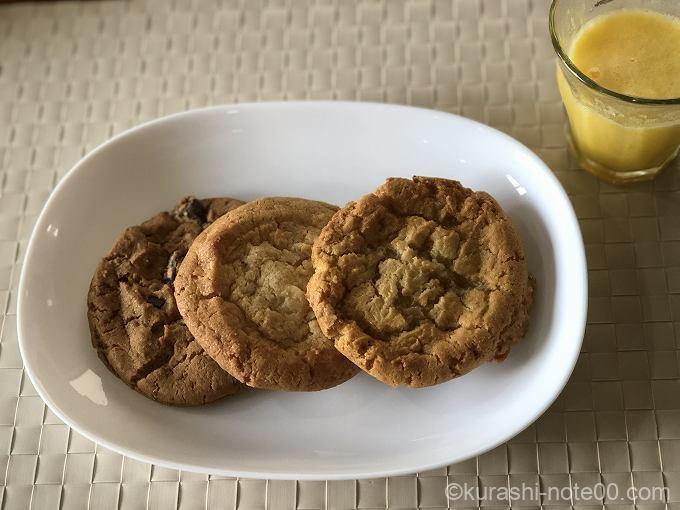 バラエティークッキーを皿に盛り付け