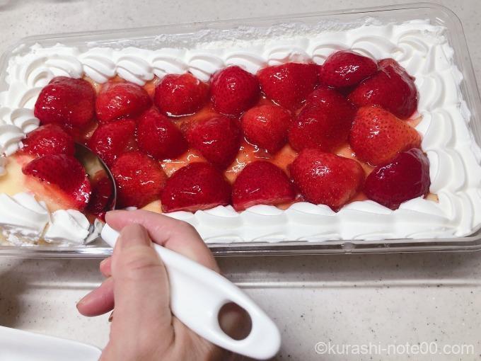 スコップケーキを取り分ける