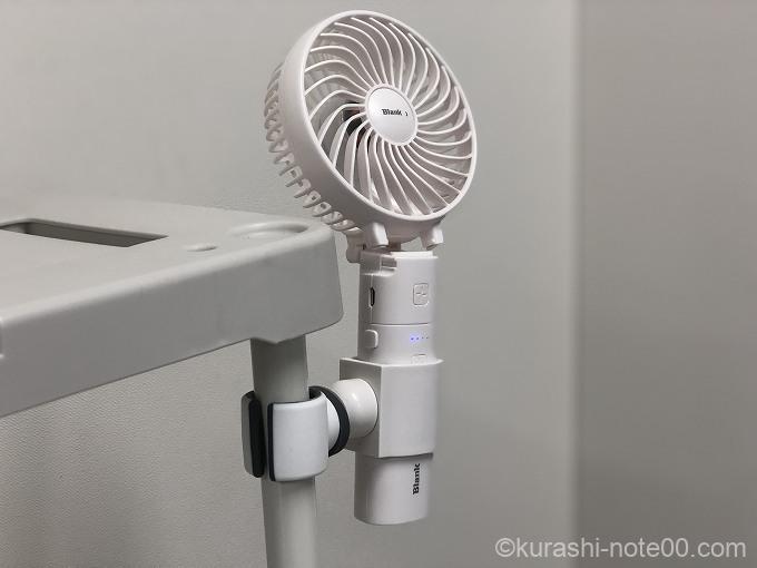 専用ホルダーをつけたSTORMプレミアム携帯用扇風機